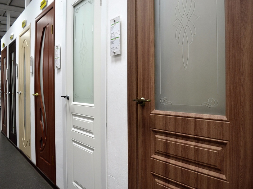 Покупаем межкомнатные двери ПВХ в Твери: цена, особенности конструкции, преимущества и недостатки